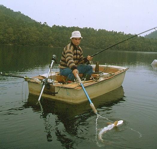La jauge de profondeur de la pêche dhiver par les mains